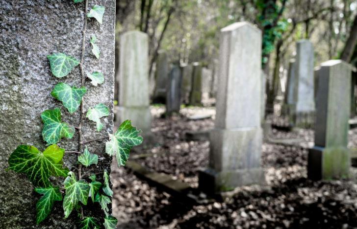 Am Grabstein steht Firmenübergabe